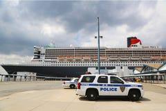 港务局警察提供安全的纽约-新泽西K-9单位为玛丽皇后2游轮 库存照片