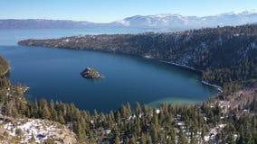 4K aéreo Emerald Bay, panorama del lago Tahoe, California los E.E.U.U. metrajes