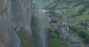4K aéreo - olhando abaixo de uma cachoeira nos cumes filme