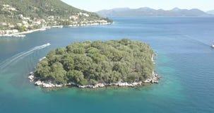 4K aérien - île dans la ville côtière méditerranéenne idyllique banque de vidéos