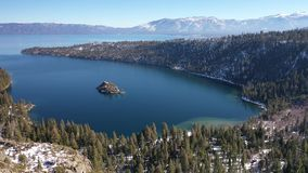 4K aereo Emerald Bay, panorama del lago Tahoe, California U.S.A. stock footage