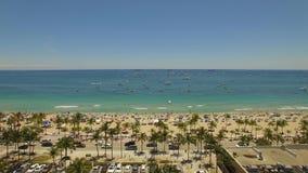 4K aereo Yacht e barche vicino al litorale ed alla spiaggia popolare stock footage