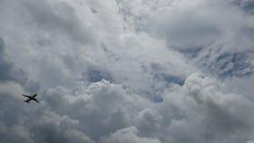 4K aeroplano que saca con el cielo nublado en el fondo imágenes de vídeo con el sonido del avión de reacción para el transporte p almacen de video