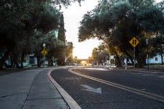 4K al rallentatore di una via della città universitaria in Arizona stock footage