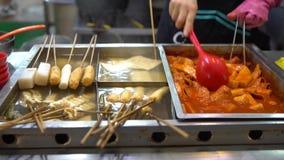 4K alimento coreano popolare Tteok-bokki Dolci di riso soffritti Busan, Corea del Sud stock footage