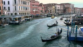4K Ambulance passant à la grande vitesse par Grand Canal de Venise clips vidéos