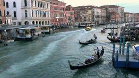 4K Ambulancia que pasa a la gran velocidad a través de Grand Canal de Venecia almacen de video