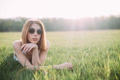 kłamliwa kobieta trawy Obraz Stock