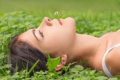 kłamliwa kobieta trawy Obraz Royalty Free