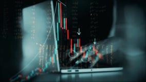 4K animatie van effectenbeursinvestering handel De grafiekgrafiek van de kaarsstok De vrouwenhanden typen bij laptop toetsenbord stock videobeelden