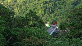 4K, antena del túnel en autopista sin peaje con el tráfico de coches que conduce a través de la montaña almacen de metraje de vídeo