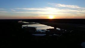 4k antenn - magisk solnedgång över skogsjön stock video