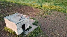 4k antenne die schot van een steenhut vestigen in platteland het plaatsen stock videobeelden
