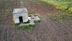 4k antenne die schot van een steenhut vestigen in platteland het plaatsen stock video