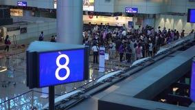 4K antenne van luchthaven met Overvol van passagiers die in lijn bij vertrek wachten stock videobeelden