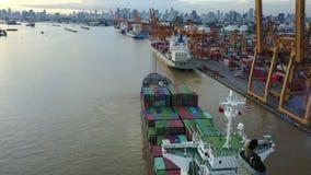 4K antenne van vrachtschip in haven wordt geschoten die stock videobeelden