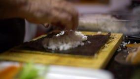 4K, arroz blanco cocinado para hacer el sushi y los rollos Comida japonesa metrajes