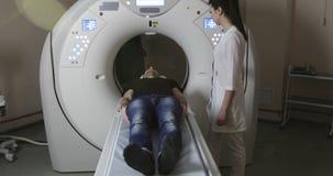 4K artsen duwende knopen op mri tomograph stock videobeelden