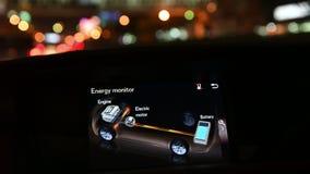 4K automonitor die aan boord energiestromen en het acculadingniveau op hybride auto tonen stock footage
