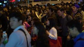 4K, Aziatische menigtenmensen die kruispunt in overvolle straat in de Stad van Taipeh lopen stock footage