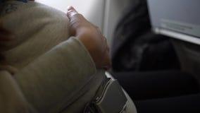 4k, Aziatische zwangere vrouw die Chinees paspoort, wat betreft buik op vliegtuig houden stock video