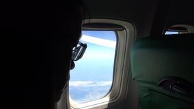4K Azja dziewczyny Młody piękny spojrzenie z samolotowego okno podczas płaskiego lota zbiory