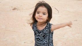 4K baby leuk meisje die, handen slaan en pret hebben bij speelplaats lachen kind, kinderen, kinderjaren, het vroege leven stock video