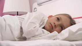 4K bambino premuroso triste a letto che non dorme, fronte pensieroso sveglio della ragazza in camera da letto stock footage