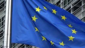4K Bandeira da União Europeia que acena na frente da construção de Berlaymont, Bruxelas filme