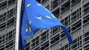 4K Bandeira da União Europeia que acena na frente da construção de Berlaymont, Bruxelas vídeos de arquivo