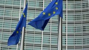 4K Bandeiras da União Europeia que acenam na frente da construção de Berlaymont, Bruxelas vídeos de arquivo