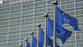 4K Bandeiras da União Europeia que acenam na frente da construção de Berlaymont, Bruxelas video estoque