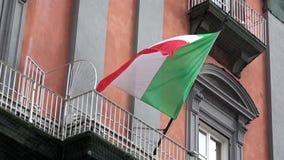4K Bandera italiana que agita en el viento, situado en Piazza del Plebiscito, Nápoles almacen de video