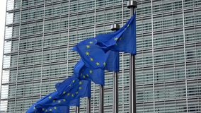 4K Banderas de unión europea en fila que agitan en el viento, Comisión Europea almacen de metraje de vídeo