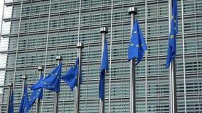 4K Banderas de unión europea que agitan delante del edificio de Berlaymont, Bruselas almacen de metraje de vídeo