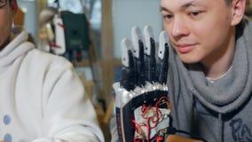 4K Bionische Armprothese Ingenieure, die modernes Robotergerät - bionischen Arm entwickeln stock video