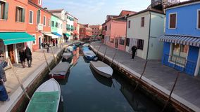 4K Bunte H?user in der Burano Insel, Venedig Kanal mit Booten touristen stock video