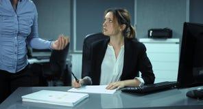 4K: Bureauspanning Een vrouw werkt aan een stapel van documenten en hoop voor eind van het werk stock footage