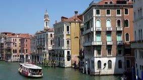 4K Canal magn?fico de Venecia Las góndolas y los barcos trafican en Venecia, Italia almacen de video