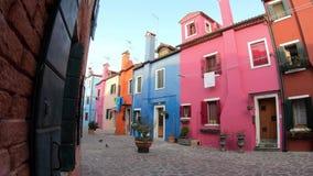 4K Casas coloridas en la isla de Burano, Venecia Las casas multicoloras almacen de metraje de vídeo