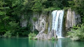 4K Cascata nel parco nazionale dei laghi Plitvice, un bello posto, Croazia archivi video