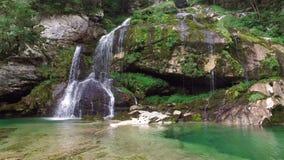 4K Cascata Virje in alpi slovene, in acqua blu pulita ed in foresta verde Julian Alps, distretto di Bovec, Slovenia, Europa archivi video
