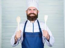 K?che kulinarisch vitamin Mann hält Küchengeräte Gesundes Lebensmittelkochen Reifer Hippie mit Bart N?hren organisch lizenzfreie stockbilder