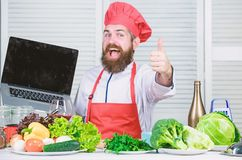 K?che kulinarisch vitamin Vegetarischer Salat mit Frischgem?se Gesundes Lebensmittelkochen Reifer Hippie mit Bart stockbilder