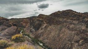 4k che muove il film di Timelapse del fiume in canyon di Charyn nel Kazakistan sudorientale con cielo blu durante il tramonto video d archivio