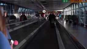 4K che segue colpo dei passeggeri in scale magnetiche all'aeroporto internazionale archivi video