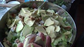 4k, cheff женщины рук отрезало с ножом авокадо для здорового салата сток-видео