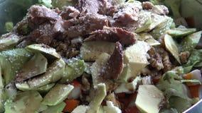 4k, cheff подготавливая салат авокадоа с тунцом и добавить соль, израильскую еду сток-видео