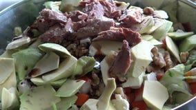 4k, cheff подготавливая салат авокадоа с тунцом и добавить черный уксус видеоматериал
