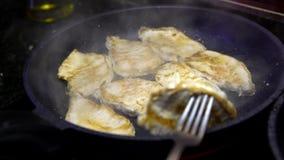 4K, Cheff está cozinhando um lombinho de carne de porco fritado na bandeja na cozinha Faixa da carne de porco filme